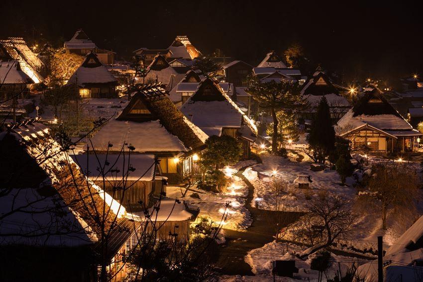 美山的冬天,茅草小屋那片幻想白雪柔光的世界